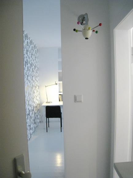 schlafwohnbereich offene k che mit arbeitsplatz bad mit badewanne und gro em fenster. Black Bedroom Furniture Sets. Home Design Ideas